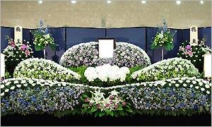 一般葬儀スタンダードデラックスプランの花祭壇イメージ